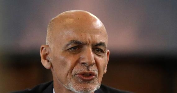 Prezydent Afganistanu Aszraf Ghani wystąpił po raz pierwszy w telewizji po ucieczce z kraju do Zjednoczonych Emiratów Arabskich. W orędziu skierowanym do narodu oświadczył, że wyjechał, aby nie dopuścić do rozlewu krwi. Zaprzeczył również, że ukradł 169 mln dolarów z funduszy państwowych.