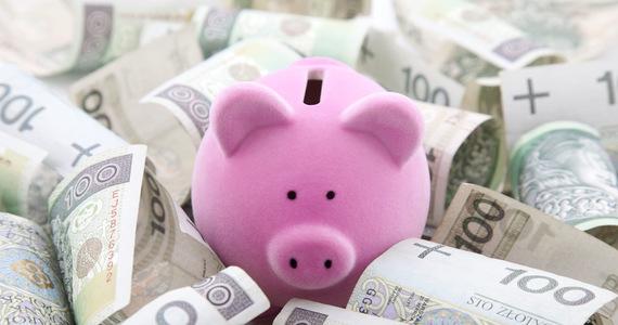 Each pole 30 has savings of more than 100,000. zlotys