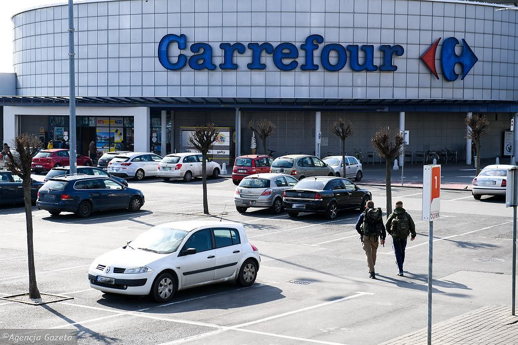Carrefour workers revolt.  Opposition to opening shops on Sunday.  'disrespect for dignity'