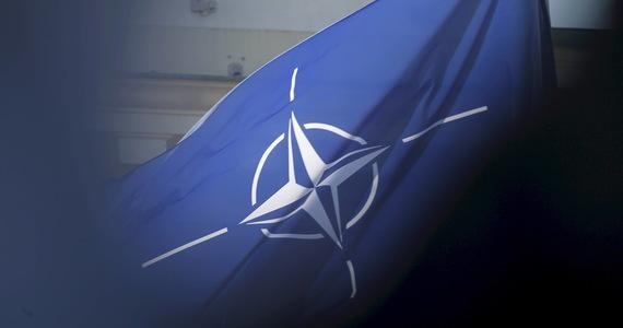"""""""NATO bardzo uważnie monitoruje ćwiczenia Zapad-2021"""" – przekazała RMF FM rzeczniczka prasowa NATO Oana Lungescu. Od 10 do 16 września mają się odbyć białorusko-rosyjskie manewry strategiczne, które budzą niepokój w Polsce, na Litwie i Łotwie w związku ze sztucznie wywoływanym przez reżim Alaksandra Łukaszenki kryzysem migracyjnym. """"Wzywamy Rosję i Białoruś do działania w sposób przewidywalny i przejrzysty, zgodnie z ich zobowiązaniami międzynarodowymi"""" – przekazała rzeczniczka NATO w odpowiedzi na pytanie o ewentualne prowokacje podczas manewrów."""
