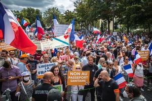France: Across the country, crowds have taken to the streets to defend a doctor treating COVID-19 with Amantadine.