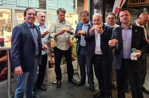USA: The President of Brazil ate pizza on a street in New York, because only vaccinated people are allowed into the building