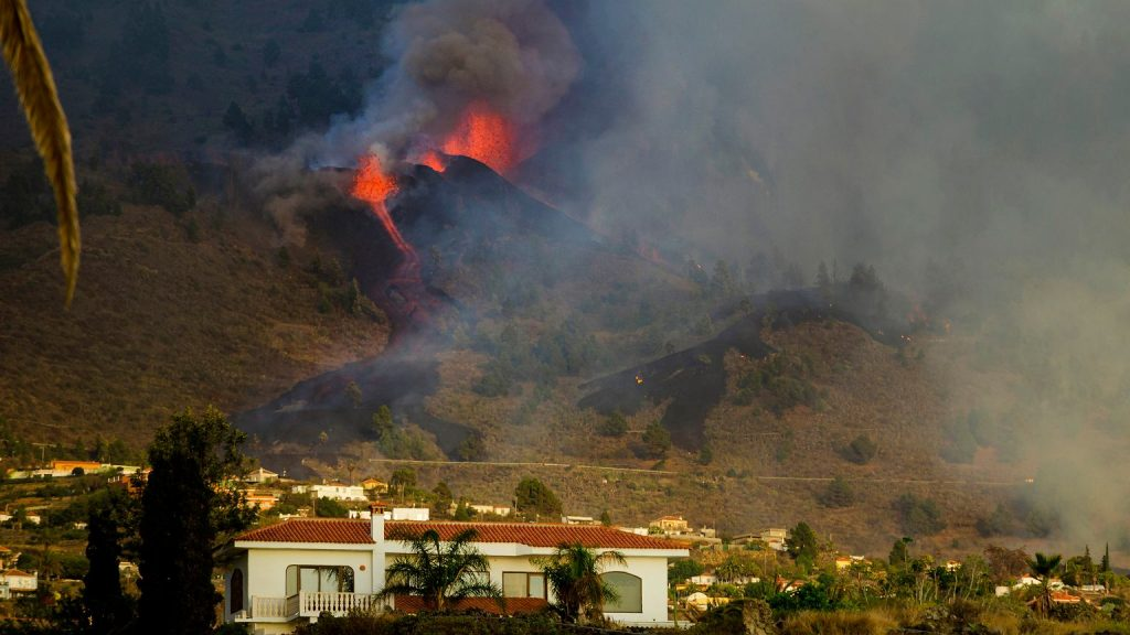"""Volcanic eruption in La Palma.  5 thousand were evacuated.  """"People were dragged from the beach in flip flops"""" 