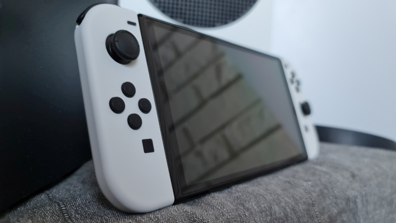 Nintendo Switch OLED - Review - Console on the side